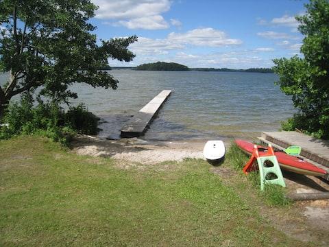 Sjönära sommarstuga med badstrand.  Båt uthyres