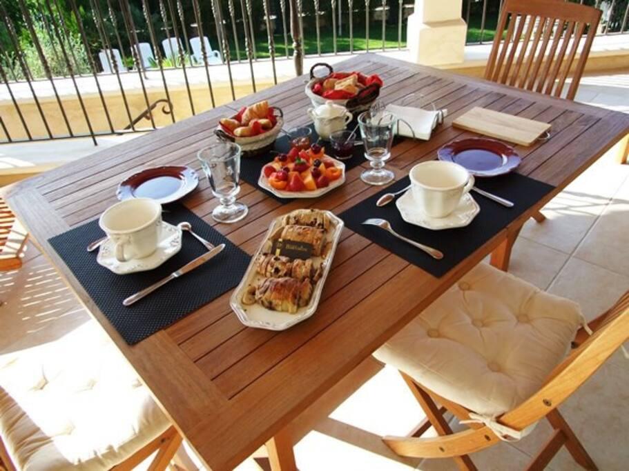 petit déjeuner sur la terrasse surplombant la piscine en été ou aux beaux jours