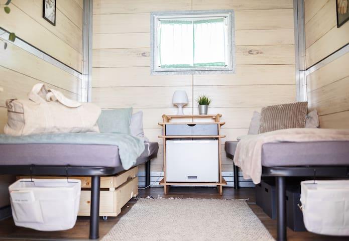 Lodge mit Kühlschrank, Strom, Ventilator, zwei Einzelbetten (auch zusammenschiebbar)