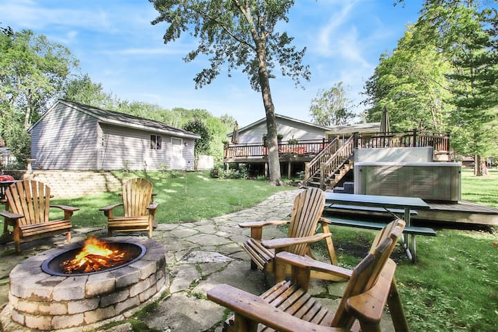 Tuck`s Treasure: Spacious home with an incredible deck, patio, hot tub, and fire pit a short walk to Lake Michigan beach.