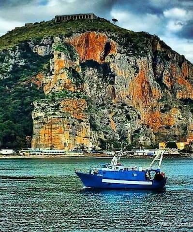 Rientro dalla pesca,il porto per gli imbarchi per l'isola di Ponza e Ventotene dista 300 mt