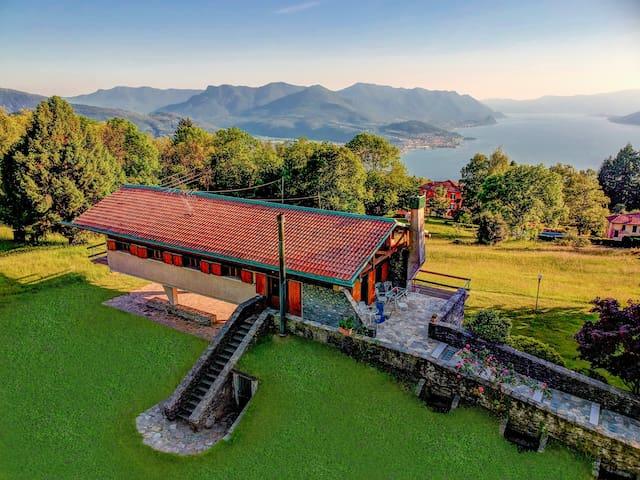 The facade aerial view and the private garden. La vista aerea della facciata e il giardino privato.