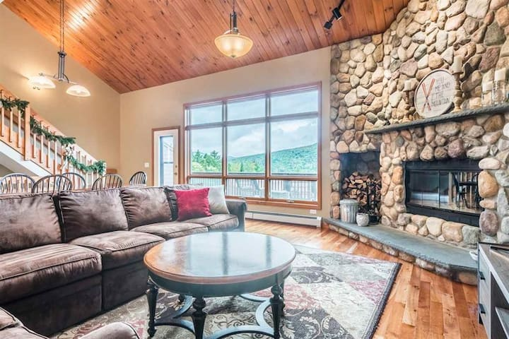 MV303: Gorgeous SKI-IN Mountain View Townhouse with great views at Bretton Woods Resort - free wifi, shuttle, fireplace! Easy ski trail access! DISCOUNTED SKI TICKETS!