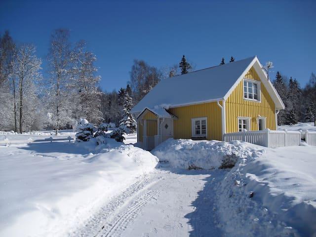Gårdshus uthyres under skidsäsong, 5 bäddar.