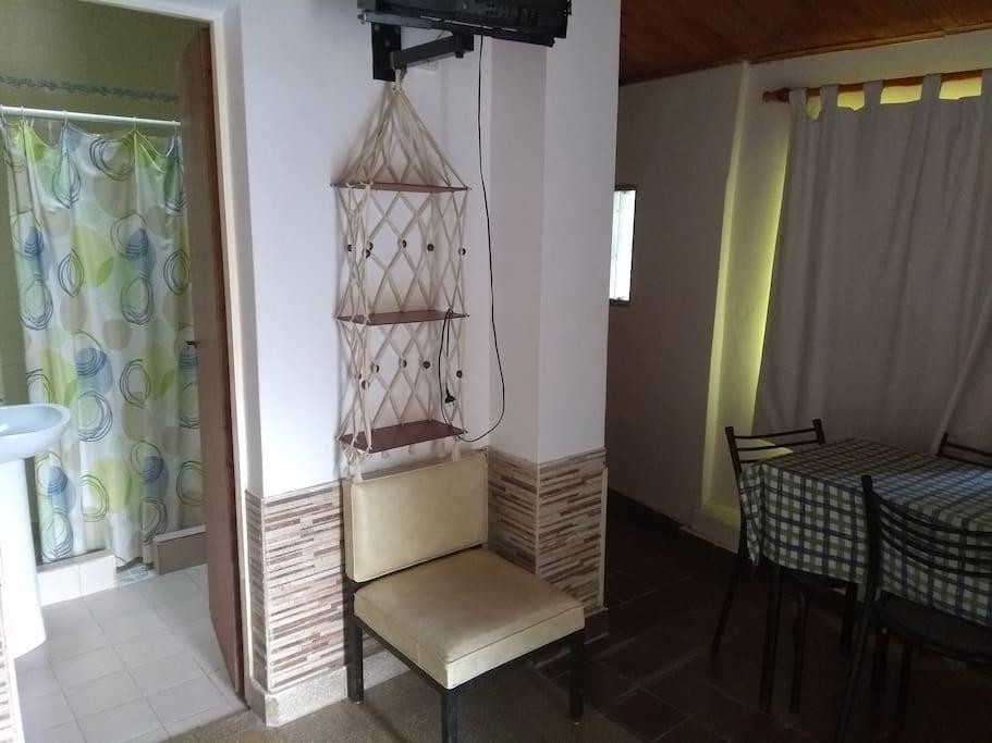 Mesa con 4 sillas, baño privado