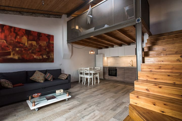 Lovely loft in a patio of craftmen in the center
