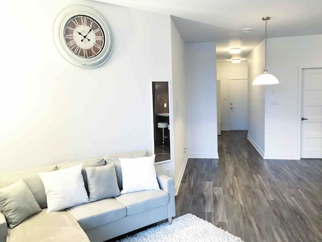 BRAND NEW LUXURIOUS CONDO 10 MIN FROM DOWNTOWN