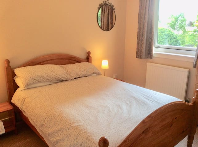 Double room in family home in leafy suburb.