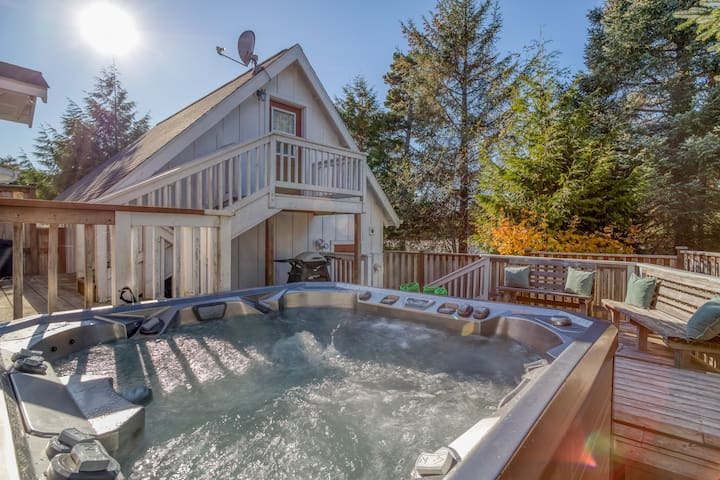 Wildflower Cottage - Hot Tub, WIFI, Gas BBQ, Sleeps 9 with the Loft, Fenced Back Yard, Fire Pit, Pet Friendly!