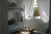 Chambre situé Est avec un grand lit et 1 lit superposé