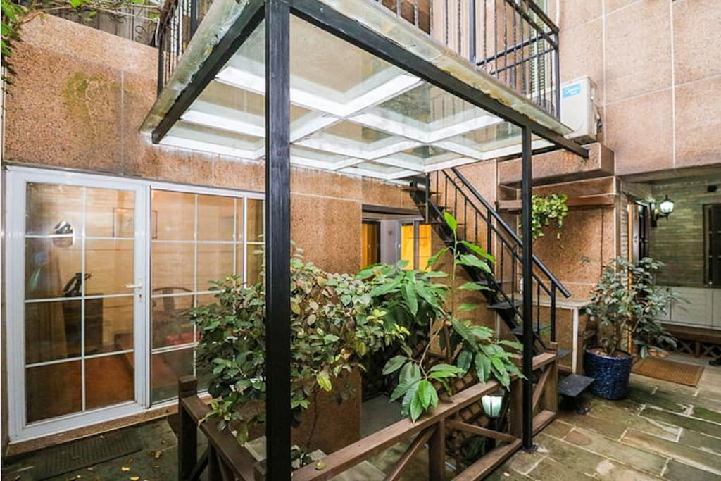 露天庭院有玻璃阳台和下沉式小花园,光照洗晒好
