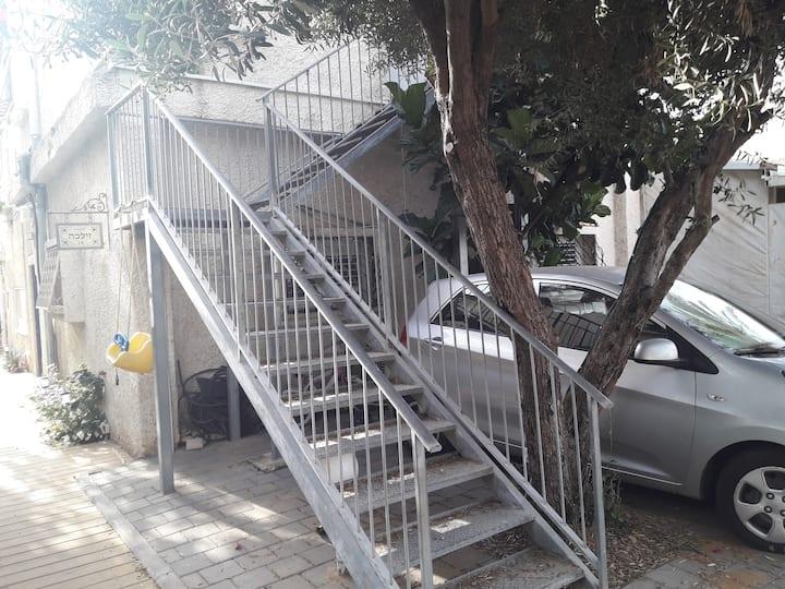 דירה נעימה עם פרקט חדש ומרפסת סוכה ברחוב פסטורלי