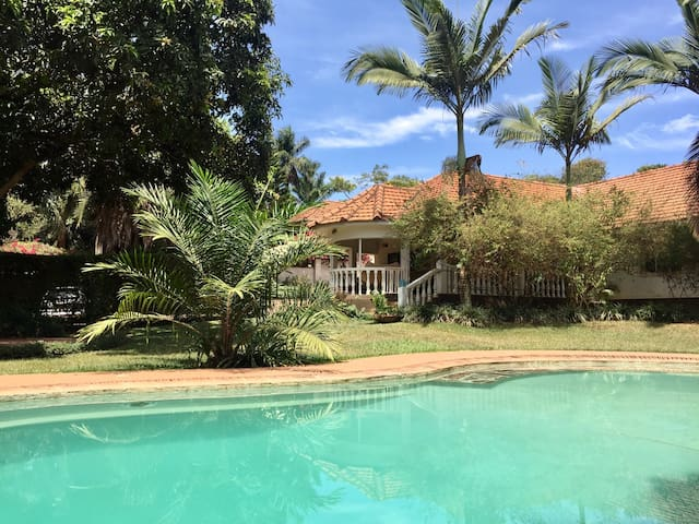 Private room, house with garden & swimming pool 1 - Kampala - Casa