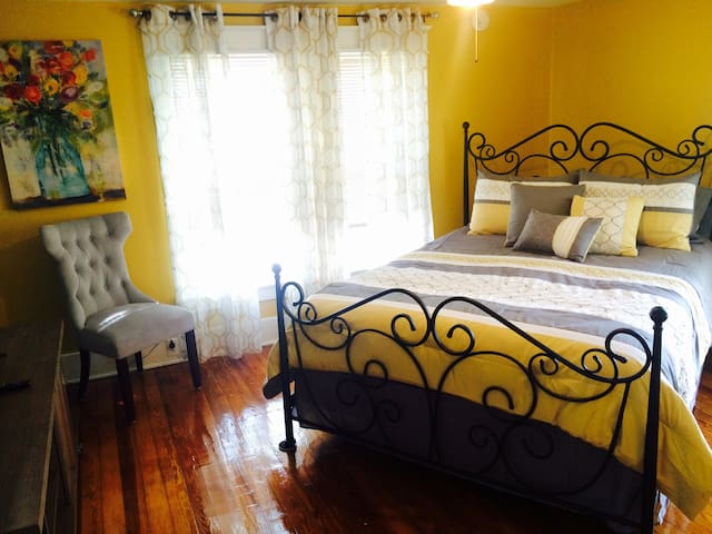 "Sleeps 1-10 ""HISTORIC VICTORIAN"" 3 Mins to Ark"