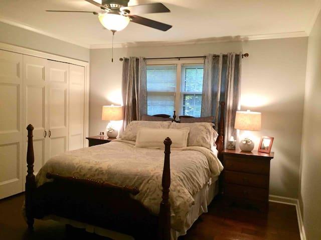 Guest room, queen bed.