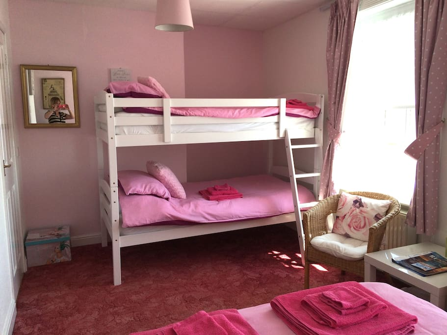 Room 5 - Family room, sea view, ensuite, 1 x double bed & 2 x single beds