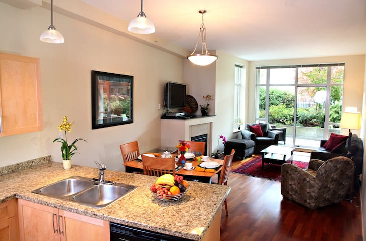 Beautiful private garden suite - downtown Victoria