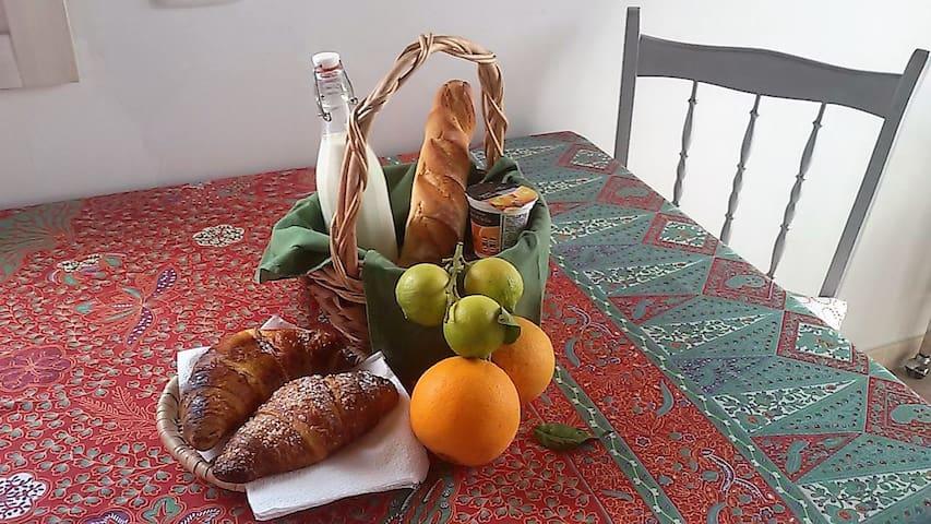 La mattina viene offerta la Colazione Diffusa con i prodotti freschi del territorio