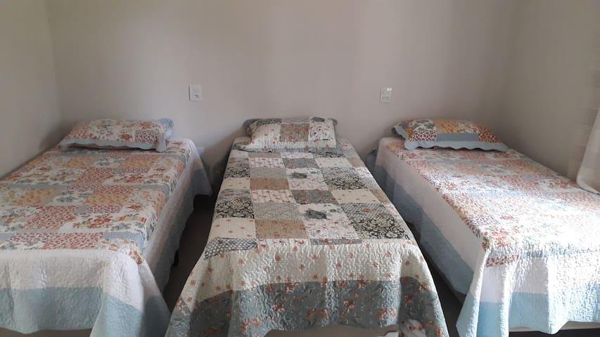 Suíte II, 3 camas solteiro e ventilador.