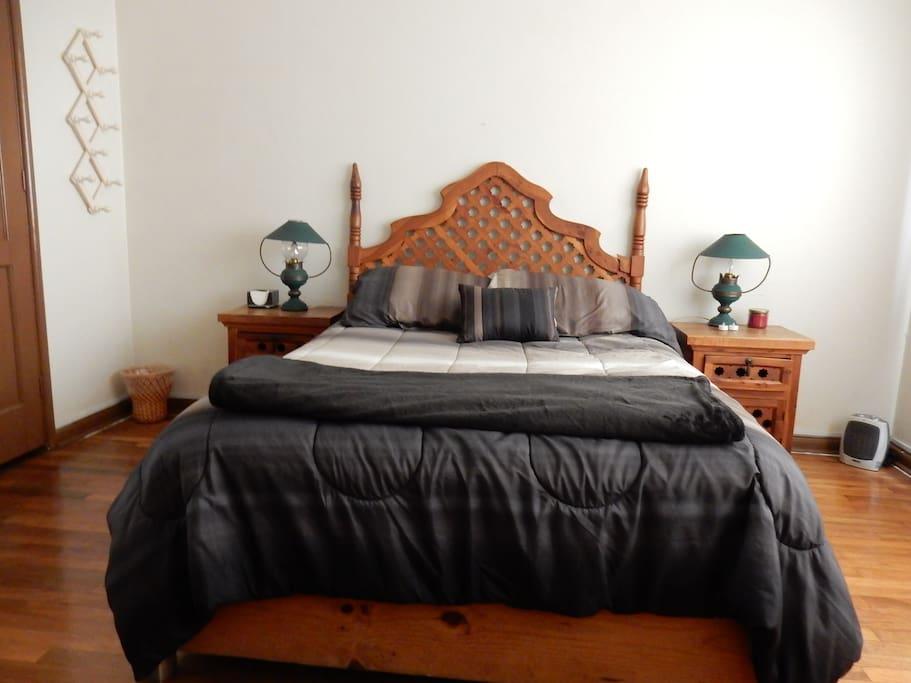 Habitación ideal para descansar, silenciosa, cómoda cama matrimonial, con closet y sillón