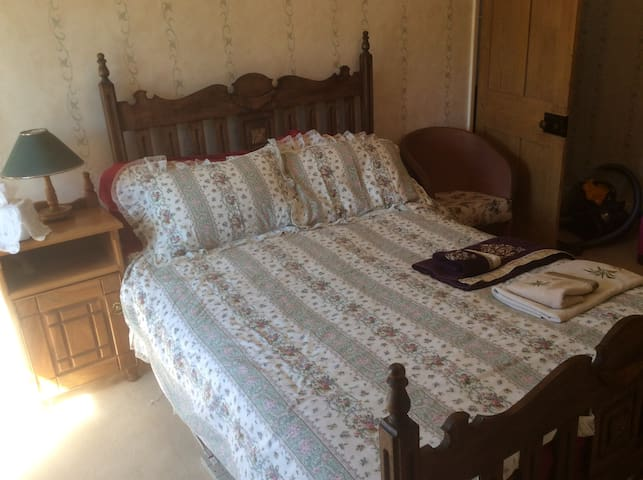 En suite double room in 300yr old cottage. Parking - Hinton Parva - Dom
