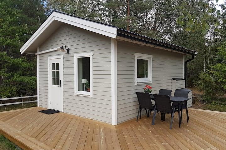 Nybyggd gäststuga med hög standard i Kolmården