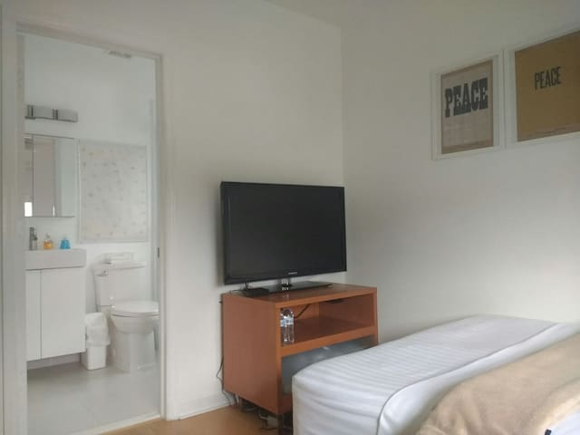 Cozy Room w/private bath close to Malls and Metro! - Doral - Wohnung