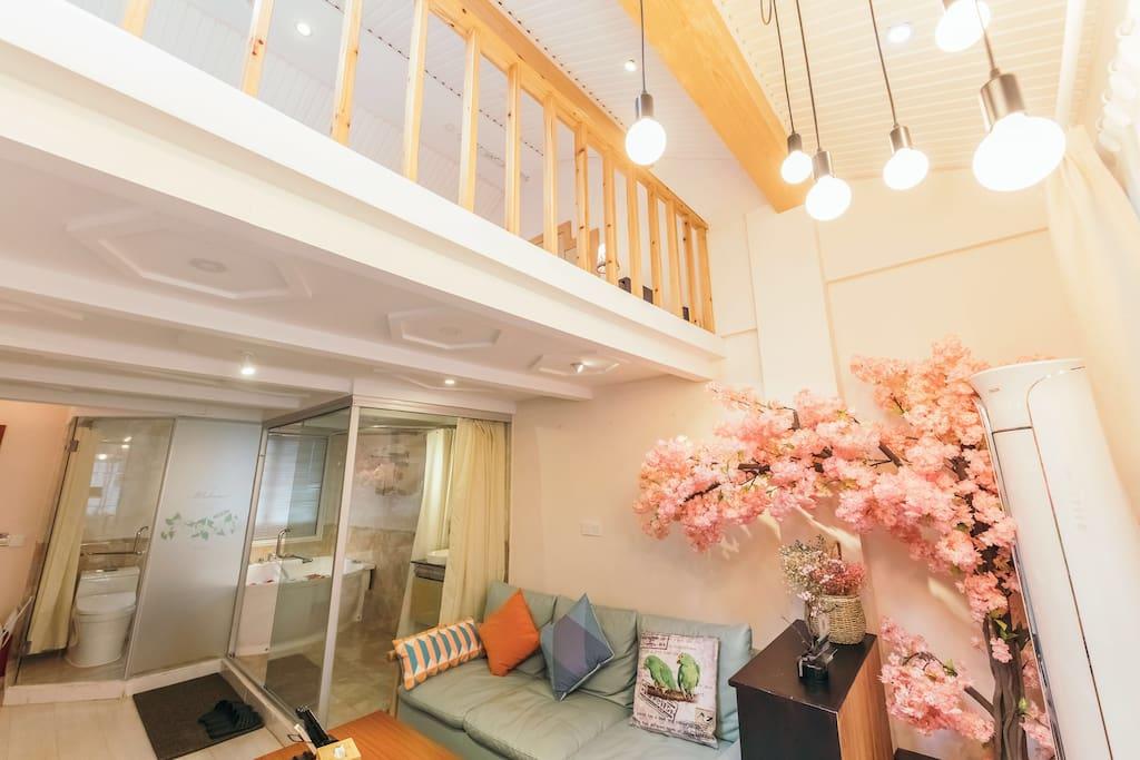 北欧浪漫樱花主题复式套房202,楼层共2层,55㎡,全羊毛地毯,壁炉、微波炉、有线电视,双人大床房,双人按摩浴缸,无线冲浪