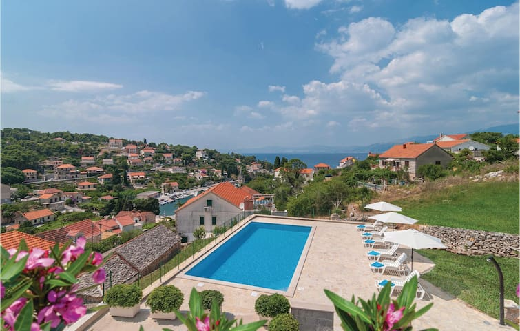 Holiday apartment with 2 bedrooms on 64m² in Splitska