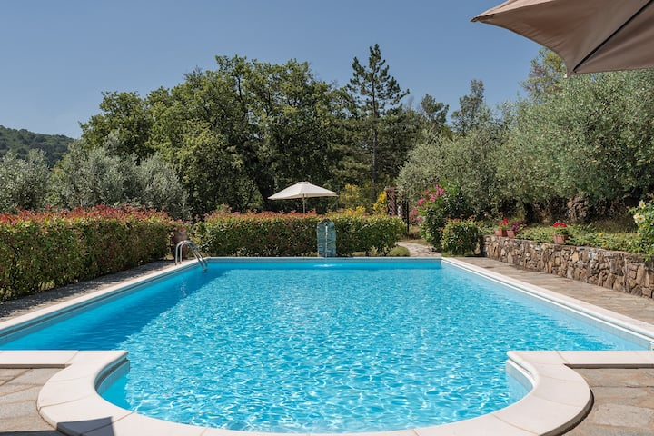 Villa with private garden and pool by Vacavilla