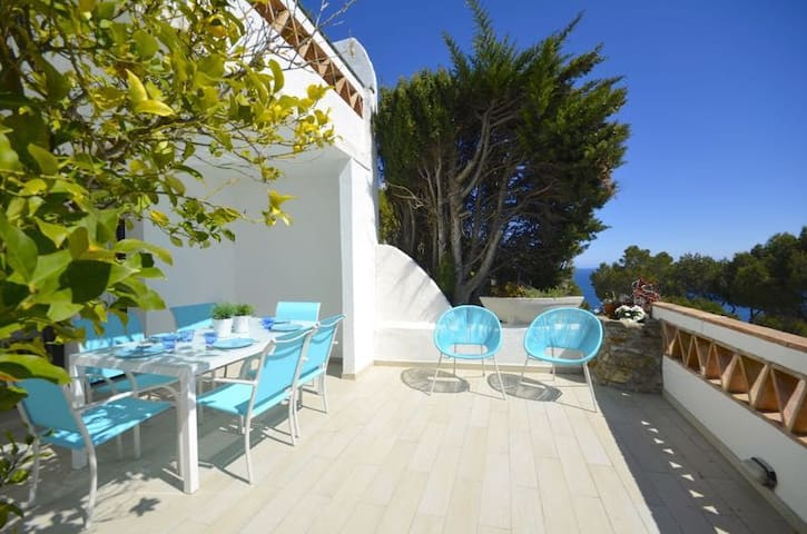 Bright and airy charming terraced house with fantastic sea views, 1.5km  from the beach in