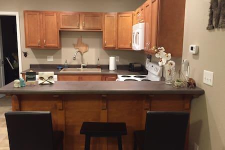 cozy apt- walking distance to TSU, ATSU & downtown - Kirksville - Lägenhet