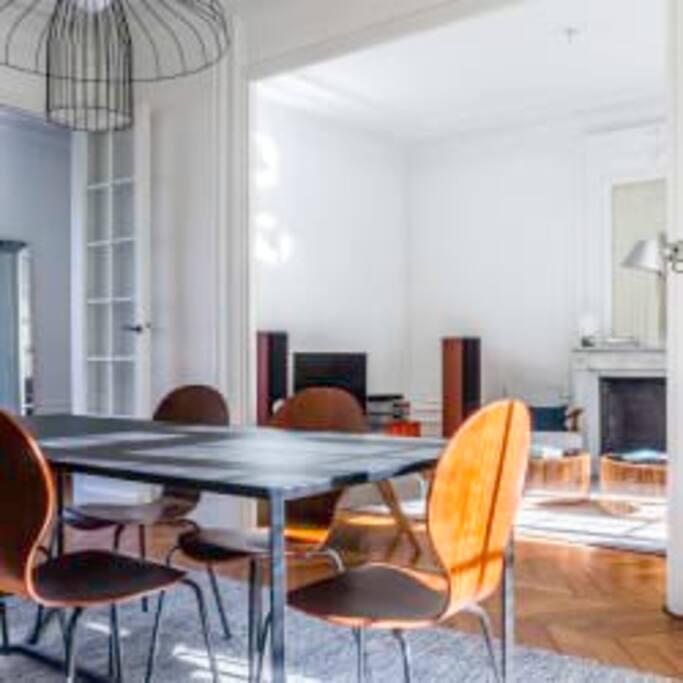 Un vaste double salon avec salle à manger et espace détente
