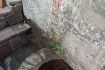 There is a well-preserved Qing dynasty well on the property  (小烏鬼井).