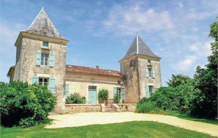 Holiday cottage with 7 bedrooms on 225 m² in Bourlens