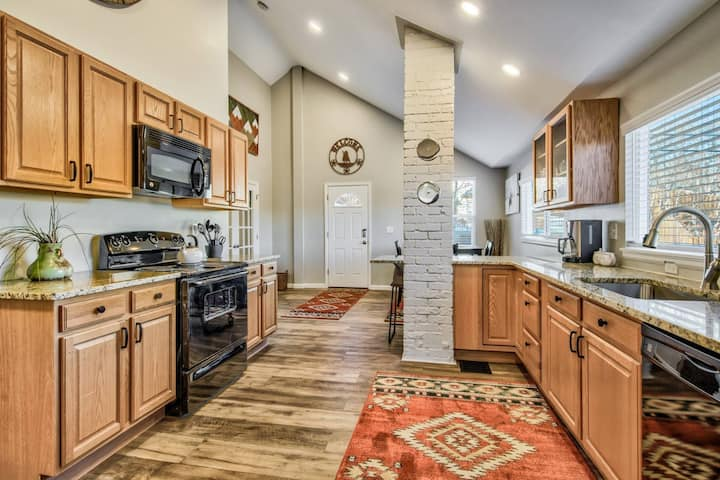 Come stay at this newly renovated cottage in the heart of Manitou Springs.