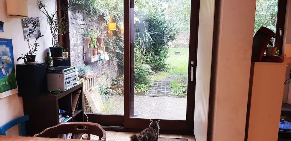 Chambre Mansardée dans Maison avec Jardin