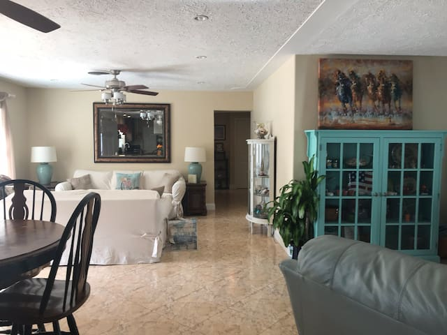 Very private home w/pool. < 2  miles to Siesta Key