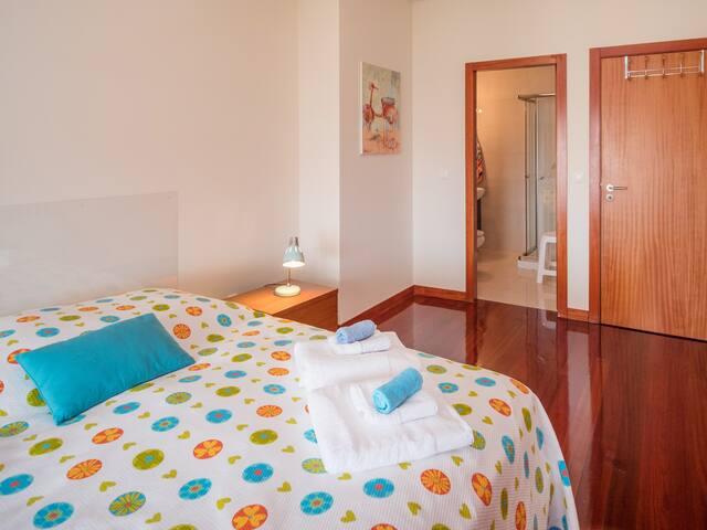 Quarto com Lençóis e Toalhas de Banho/ Room With Sheets and Bath Towels
