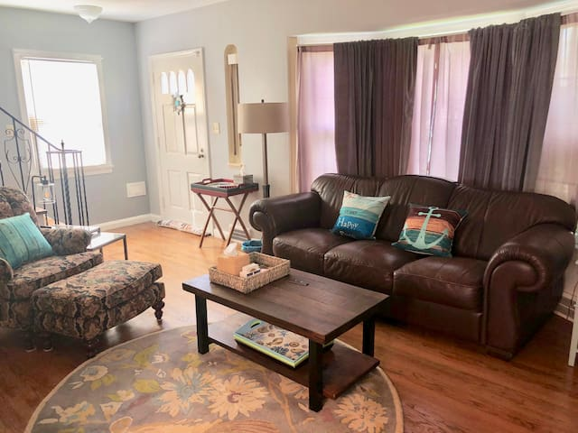 2 Bedroom cottage next to Euclid Hospital and Lake
