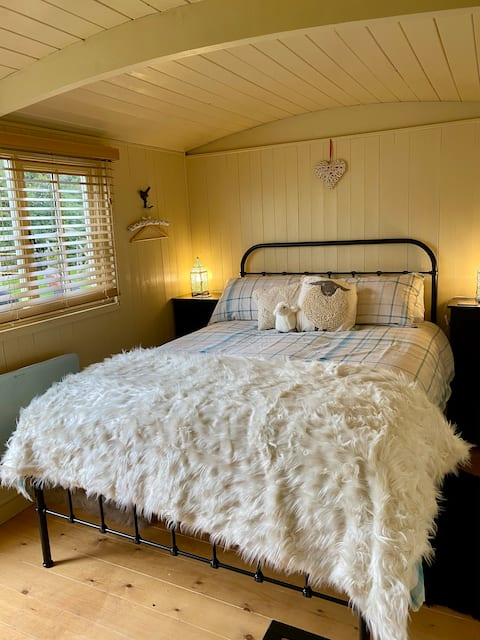 Luxury Self Contained Shepherds Hut - Double Bed