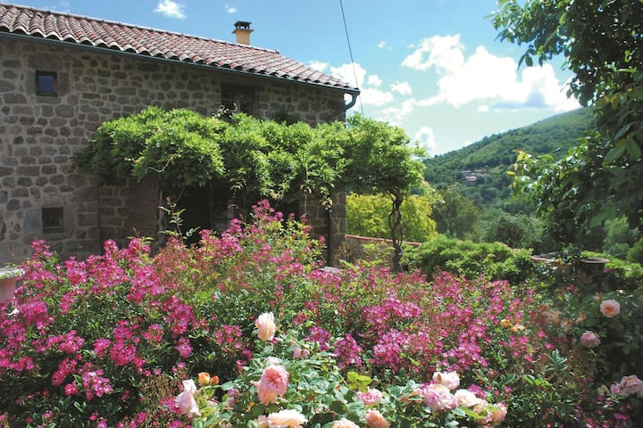 Cozy Holiday Home in Saint-Étienne-de-Serre with Pool