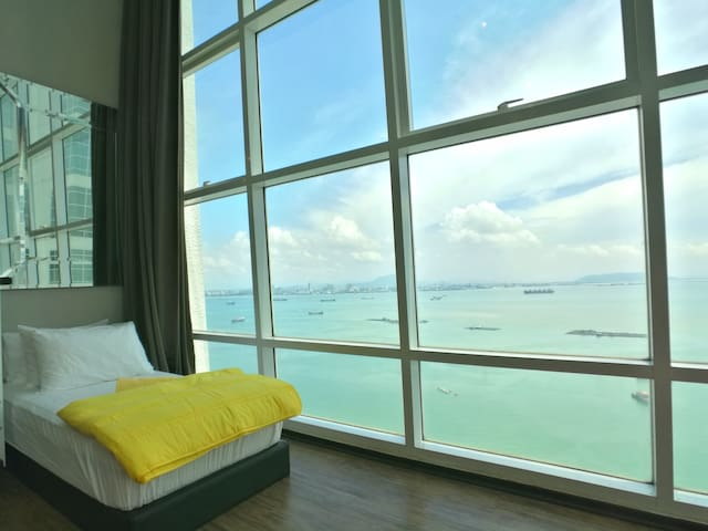 Lying on this bed to enjoy the unblocked sea view and sunrise. This is the best spot for you to relax.
