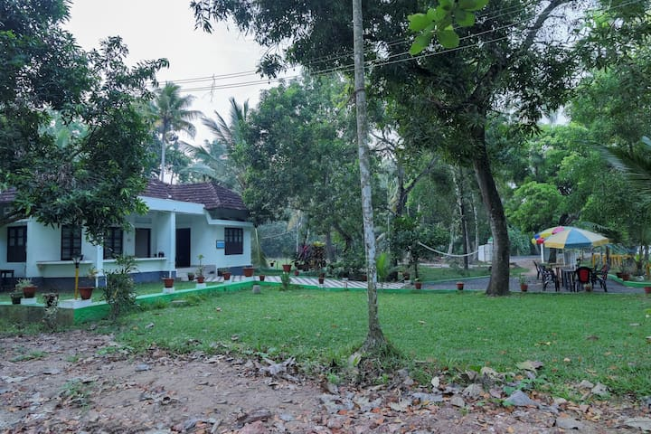 Water Front  5 A/c Rooms  for 20 Guests -Kumarakom - Kerala - Bed & Breakfast
