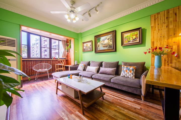 油画与实木地板的不期而遇,清新的绿色将他们完美融合在一起,期待着更美的遇见。