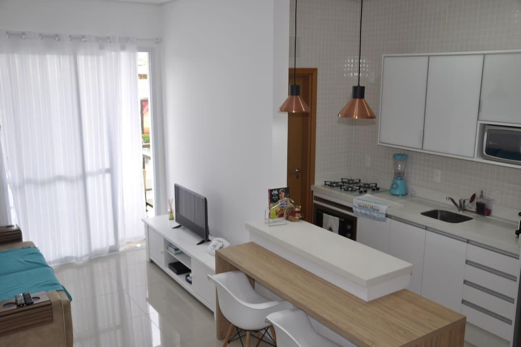Sala de estar/TV e cozinha