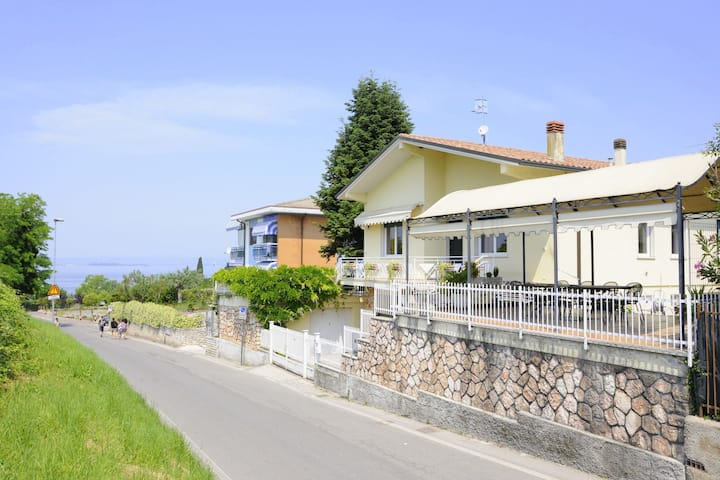 Just 300 meters from the harbour and sandbeach of Pacengo di Lazise