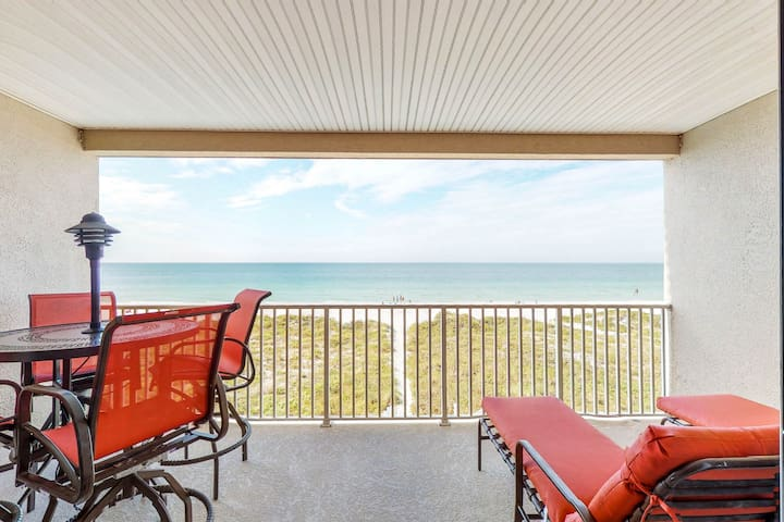 Cozy, beachside condo w/shared pool & hot tub - walk to dining