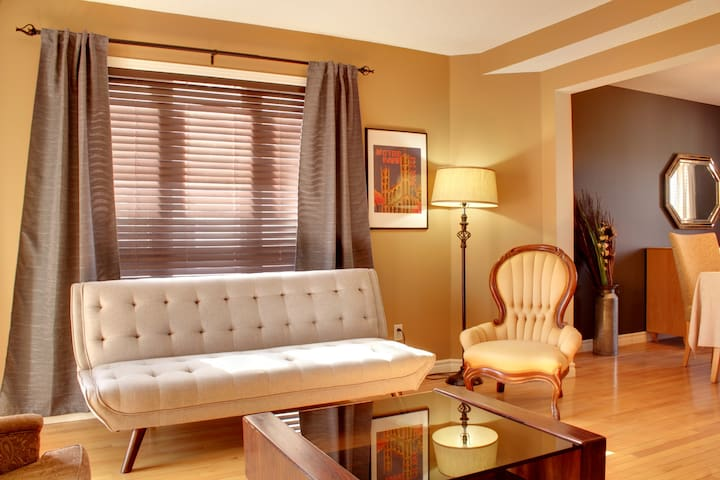 Stylish 3 BR apartment moments from Ottawa
