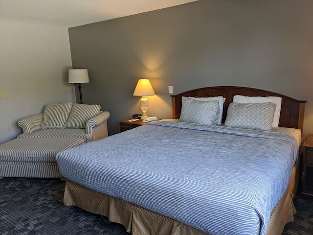 Beautifully remodeled  unit with king bed and waterfront access
